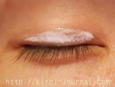 ひみつのふたえ(ピンク)を塗ります。白いけど乾くと透明になります