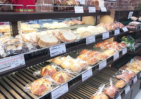 お土産やパンがあります。