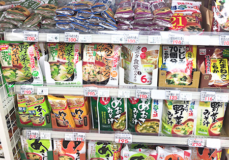 精肉・鮮魚・惣菜など一般的なスーパーで販売されている一通りのものがあります。