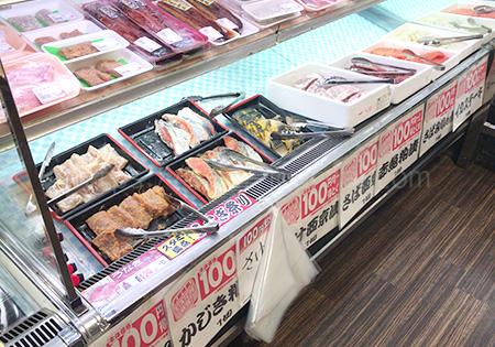 大きなスーパーではありませんが、精肉・鮮魚・惣菜など一通りのものがあり比較的安いです。